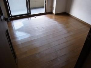 洋室の床も真ん中の方が色が変わって捲れてきてる。