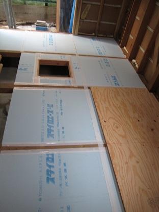 22 藏家の1階新事務所改装工事床下断熱材入れ