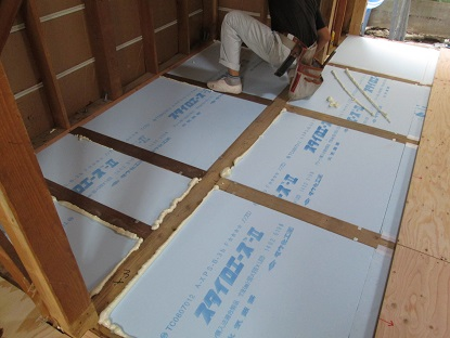 24 藏家の1階新事務所改装工事床下断熱材入れ