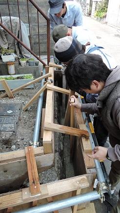 14 藏家事務所 版築材料打ち込み