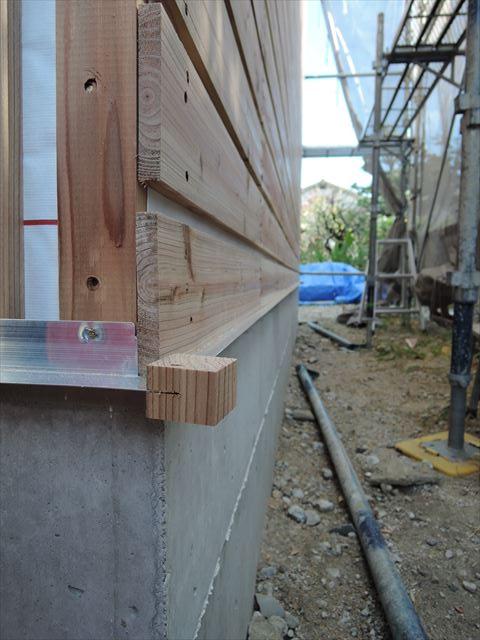 59 西宮H様邸木の家新築現場 バラ板下アルミ見切り